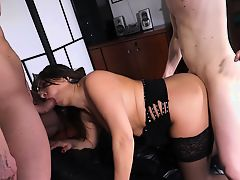 Scambisti Maturi - Mature Italian newbie has a MMF threesome