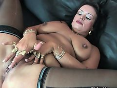 Chubby soccer mom gives her meaty pussy a treat