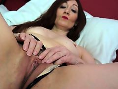 British hot housewife fingering herself